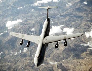 飞机坠毁现场   美载17人运输机在丹佛空军基地坠毁