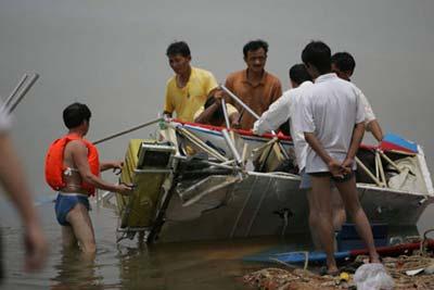 水上飞机栽进湖里   上午7时20分许,杨辉躺在船上休息,他是柳叶湖
