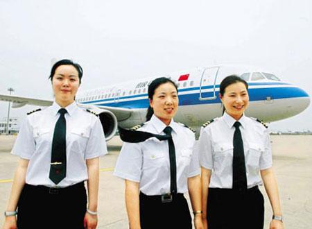 3名由国航浙江分公司培养的全国首批民航女飞行员在