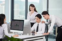 某助理审计师从事内部审计业务不久,在与业务客户沟通时总是出现一些沟通问题,为了改善这一情况,可以采取下列哪项措施: